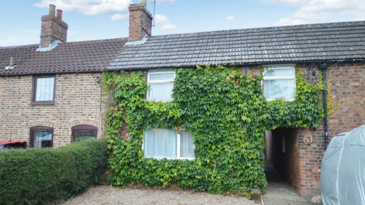 Mid-terrace cottage in the village of New York, near Coningsby with large enclosed rear garden
